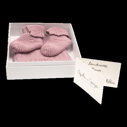 cadeau de naissance-vetement de bebe-bonnet-chaussons-en laine merinos-rose-maternite.png