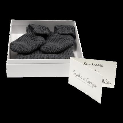 cadeau de naissance-vetement de bebe-bonnet-chaussons-en laine merinos-gris-doux-chaud-maternite.png